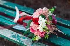 与红色丝带的豪华婚礼花束由玫瑰做成 库存照片