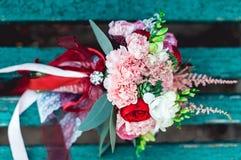 与红色丝带的豪华婚礼花束由玫瑰做成 免版税库存图片