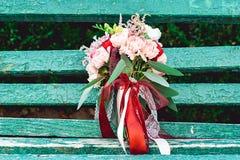 与红色丝带的豪华婚礼花束由玫瑰做成 免版税图库摄影