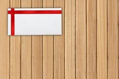 与红色丝带的贺卡在木板条 库存照片