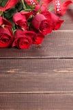 与红色丝带,拷贝空间的华伦泰玫瑰 免版税库存照片