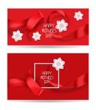 与红色丝绸丝带和白花的红色愉快的母亲节典雅的卡片 免版税库存照片