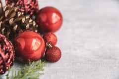 与红色中看不中用的物品和杉木锥体的圣诞节构成在木 免版税图库摄影