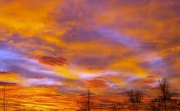 与红色云彩的早晨 免版税库存图片