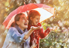 与红色伞的家庭 免版税库存图片