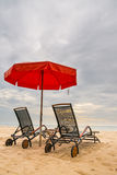 与红色伞的海滩睡椅在华欣海滩,酸碱度 免版税库存图片