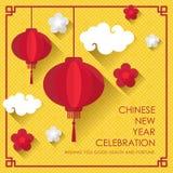 与红色传统灯笼的农历新年卡片,花和云彩在黄色中国纹理背景传染媒介设计 库存例证
