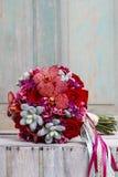 与红色兰花花、玫瑰和多汁植物的花束 免版税库存图片