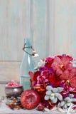 与红色兰花花、玫瑰和多汁植物的花束 免版税库存照片