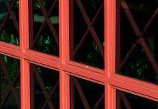 与红色单块玻璃的抽象修造的玻璃窗 库存图片