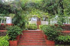 与红色台阶的庭院风景 免版税库存图片