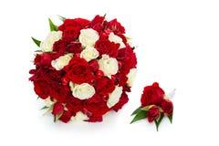 与红色和白玫瑰的新娘花束 免版税库存照片