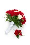 与红色和白玫瑰的新娘花束 免版税库存图片