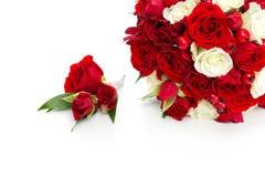 与红色和白玫瑰的新娘花束 图库摄影