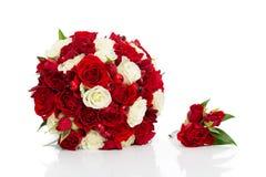 与红色和白玫瑰的新娘花束 库存照片