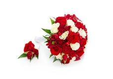 与红色和白玫瑰的新娘花束 库存图片