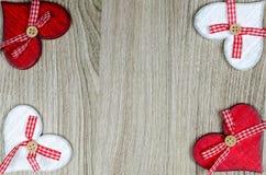与红色和白色心脏的木背景 免版税库存图片
