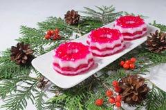 与红色和白色果冻的圣诞节点心 免版税库存照片