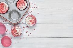 与红色和白色玫瑰型奶油的Upcake 免版税库存照片