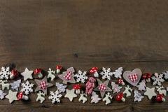 与红色和白色的土气木圣诞节背景检查了de 库存照片