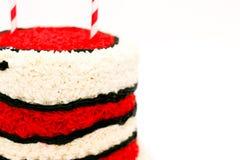 与红色和白色结冰的生日蛋糕 图库摄影