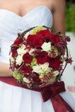 与红色和空白玫瑰的婚礼花束 库存照片