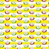与红色和绿色水彩切片的无缝的样式在条纹的苹果 免版税库存图片