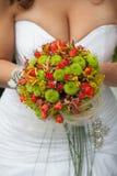 与红色和绿色花的婚礼花束 免版税图库摄影