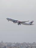 与红色和蓝色空中客车A330-323维尔京澳大利亚的白色 免版税库存照片