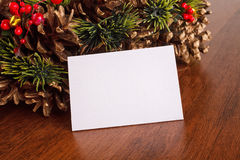 与红色和金中看不中用的物品装饰, blanck卡片的圣诞节花圈 库存照片