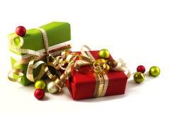 与红色和绿皮书、金黄丝带和ch的被包裹的礼物 免版税库存照片
