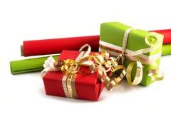与红色和绿皮书的被包裹的礼物和金黄丝带为 免版税库存图片