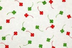 与红色和绿色叶子的桑纸 免版税库存照片