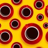 与红色咖啡杯和一个茶碟的无缝的样式在黄色背景 图库摄影