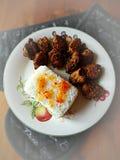 与红色咖喱油煎的猪肉盘的米 免版税库存图片