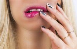 与红色唇膏的美丽的妇女面孔在肥满充分的性感的嘴唇 女孩与手感人的专业嘴唇构成的` s嘴特写镜头  免版税图库摄影