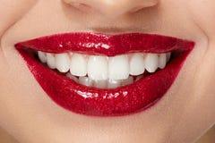 与红色嘴唇和白色牙的微笑 免版税图库摄影