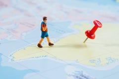 与红色图钉和地图旅行概念的微型图旅客 免版税库存照片