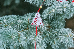 与红色圣诞树玩具的背景多雪的圣诞树从 库存图片