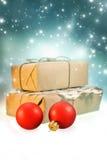 与红色圣诞节球和礼物盒的圣诞节背景在亮光夜背景 免版税库存图片