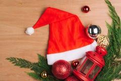 与红色圣诞节球和装饰的假日背景 库存照片