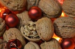 与红色圣诞节球结合的核桃 库存图片