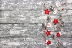 与红色圣诞节装饰和白色边界的背景  免版税库存图片