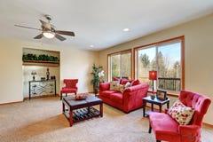 与红色天鹅绒家具的舒适客厅内部 免版税库存照片