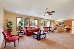 与红色天鹅绒家具的舒适客厅内部 免版税库存图片