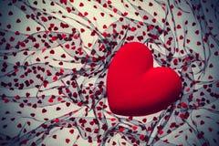与红色天鹅绒心脏的背景 免版税库存图片