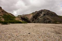 与红色小山的冰岛风景在Lonsoraefi 图库摄影