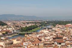 与红色屋顶、亚诺河河和小山的佛罗伦丁的都市风景在背景在一个晴天,托斯卡纳,意大利 免版税库存图片