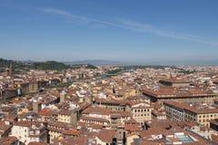 与红色屋顶和亚诺河河在一个晴天,托斯卡纳,意大利的佛罗伦丁的都市风景 库存图片