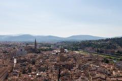 与红色屋顶在一个晴天,托斯卡纳,意大利的佛罗伦丁的都市风景 图库摄影